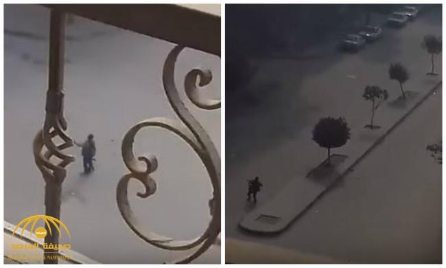 شاهد .. شاب ينقض على أحد منفذي هجوم كنيسة حلوان بالقاهرة أثناء اقتحامها