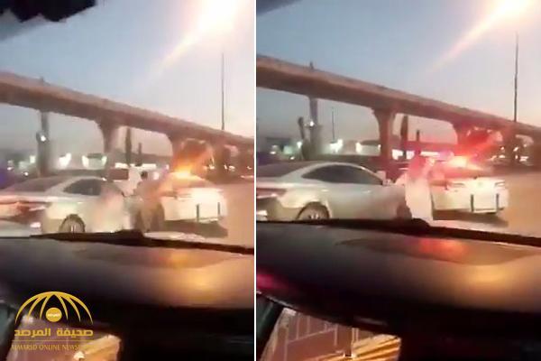 مشهد صادم .. بالفيديو .. شخص يطارد رجل مرور بساطور في شارع عام بالرياض
