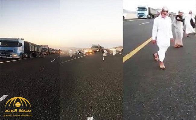 بالفيديو .. لن تصدق السبب وراء توقف كل هذه السيارات فجأة على طريق الرين بيشة