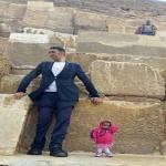 شاهد : أطول رجل وأقصر امرأة في العالم يلتقيان أسفل سفح الأهرامات في مصر!