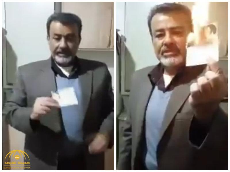 """شاهد أحد عناصر """"الباسيج"""" ينقلب على النظام الإيراني ويحرق هويته العسكرية .. وهذا ما طلبه من قوات الحرس الثوري!"""