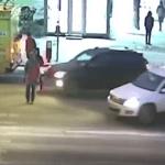 بالفيديو: شاهد ردة فعل غريبة لفتاة صدمتها سيارة على ممر المشاة في روسيا!