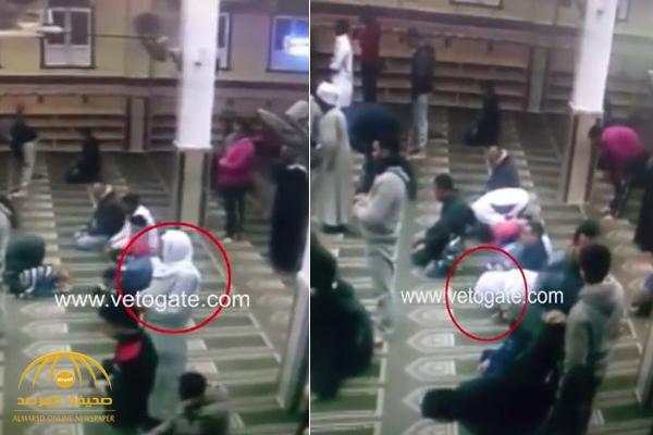 شاهد .. لحظة وفاة شخص أثناء صلاة العشاء في مسجد بمصر