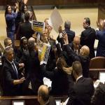 شاهد .. كيف تعامل حراس الكنيست مع نواب عرب إسرائيليين احتجوا على زيارة نائب ترامب