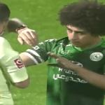 لاعب مصري بالدوري السعودي يلقي زجاجة مياه على وجه حكم المباراة.. شاهد ردة فعل الأخير!