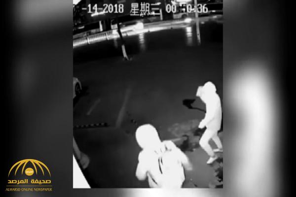 شاهد.. لص غبي يتسبب بإصابة زميله أثناء محاولة سرقة