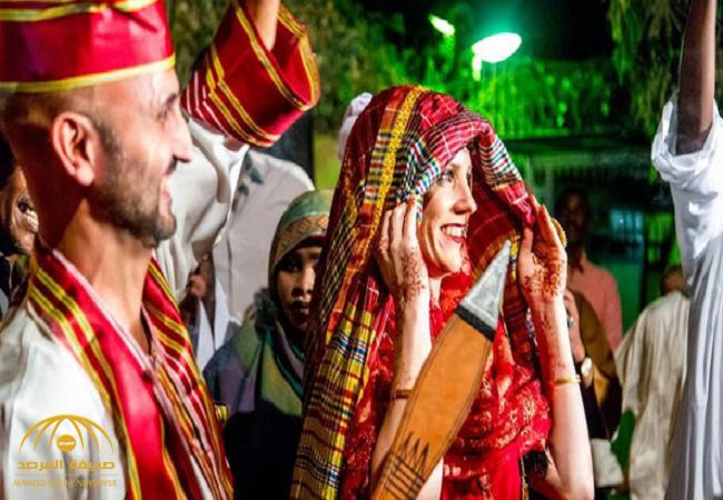 """على الطريقة السودانية .. دبلوماسية هولندية تكشف وجهها للمرة الأولى لزوجها """"البريطاني""""-صور"""