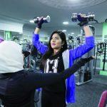 العقل السليم في الجسم السليم.. بالصور: شاهد.. سعوديات في صالة رياضية بالقطيف يرفعن الأثقال!