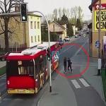 بالفيديو .. فتاة تدفع صديقتها أمام الحافلة مزاحاً … والنتيجة !