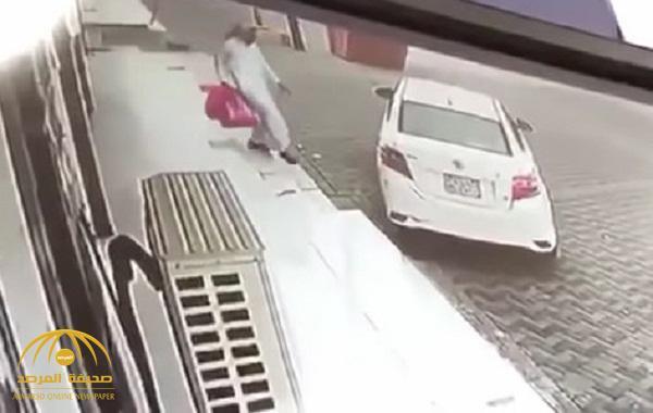 شاهد .. لحظة سرقة سيارة من أمام محل في المجاردة
