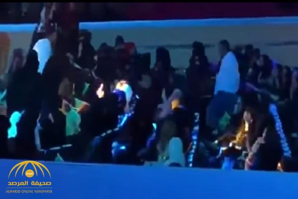 """بالفيديو.. لحظة القبض على """"فتاة مهرجان عكاظ"""" لتقبيلها ماجد المهندس!"""