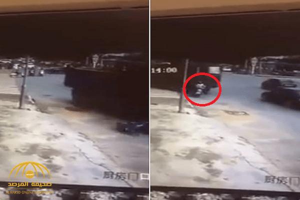 شاهد: لحظة دهس شاحنة كبيرة لامرأة تحت عجلاتها.. ومفاجأة غير متوقعة في النهاية!