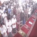 شاهد: ردة فعل المصلين بعدما هز زلزال الأرض تحت أقدامهم في مسجد بإندونيسيا!