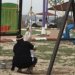 """علقها في """"أرجوحة الأطفال"""" .. مواطن يسلخ ذبيحته وسط منتزه في جازان-صورة"""