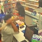 """3 لصوص مسلحين بـ""""سكاكين"""" يهاجمون متجر.. شاهد ردة فعل صاحبه!"""