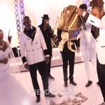"""شاهد .. مغني أفريقي يلقي 100 ألف دولار على الأرض """"نقوطا"""" في حفل زفاف والدته"""