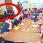 قصة صورة لأطفال داخل فصل مدرسي تحدث  ضجة كبرى في جنوب إفريقيا!
