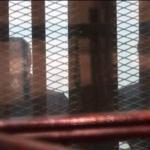 شاهد جمال مبارك وشقيقه علاء مرة أخرى داخل قفص المحاكمة في القاهرة