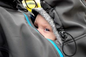 طفل صغير محاط بملابس والدته كناية عن التربية الوقائية