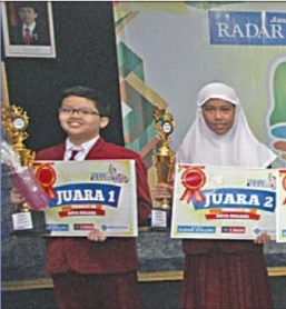SENYUM LEGA. Abi dan Nabila, masing-masing sebagai Juara 1 dan Juara 2 Try Out Kejujuran SD/MI Kota Malang 2016