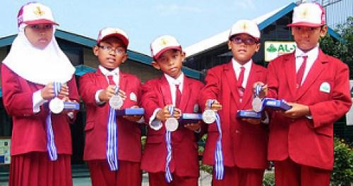 PARA JAWARA. Kelima siswa ini meraih medali silver kompetisi sains dan matematika ICAS
