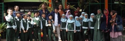 Mahasiswa Program S3 bersama para peserta didik SD Unggulan AL-YA'LU