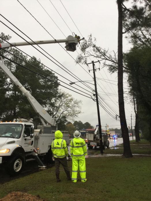 Crews restore power outages in Montgomery. (file)
