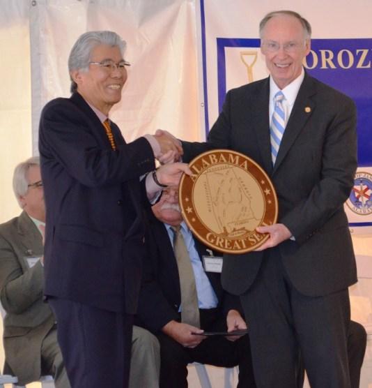 Governor Robert Bentley exchanges gifts with Akihiko Shido, CEO of Yorozu Corp. (Michael Tomberlin/Alabama NewsCenter)