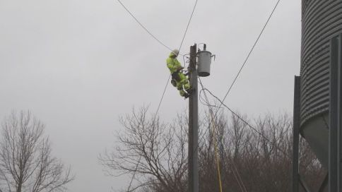 Anniston Alabama Power crews restore outages to affected customers. (Jacki-Lyn Lowry/Alabama NewsCenter)