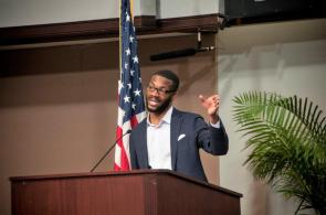 Birmingham Mayor Randall Woodfin speaks at the commencement. (Billy Brown / Alabama NewsCenter)