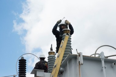 Working as a team is crucial for Alabama Power's linemen to stay safe. (Brittany Faush/Alabama NewsCenter)