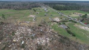 Travelers get a view of homes in the tornadoes' path of destruction. (Steve Dunlap)