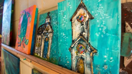 """Ginger Woechan says she has an """"expressionist"""" style of painting. (Dennis Washington / Alabama NewsCenter)"""