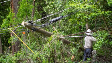 Alabama Power crews are working hard in some difficult areas to restore power to the remaining customers who lost service during Easter Sunday storms. (Dennis Washington / Alabama NewsCenter)
