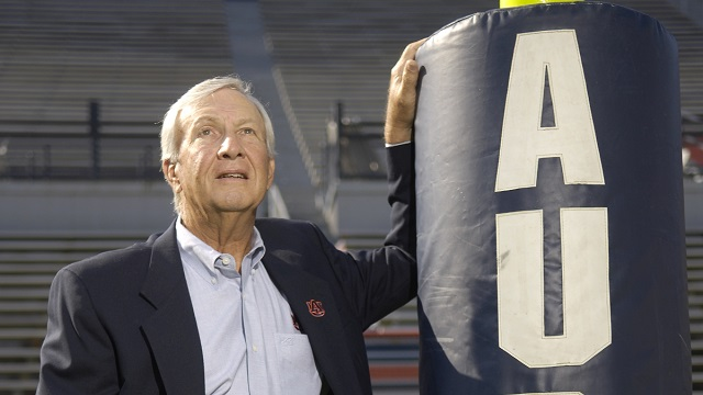 Alabama governor, players, coaches react to death of legendary Auburn football coach Pat Dye