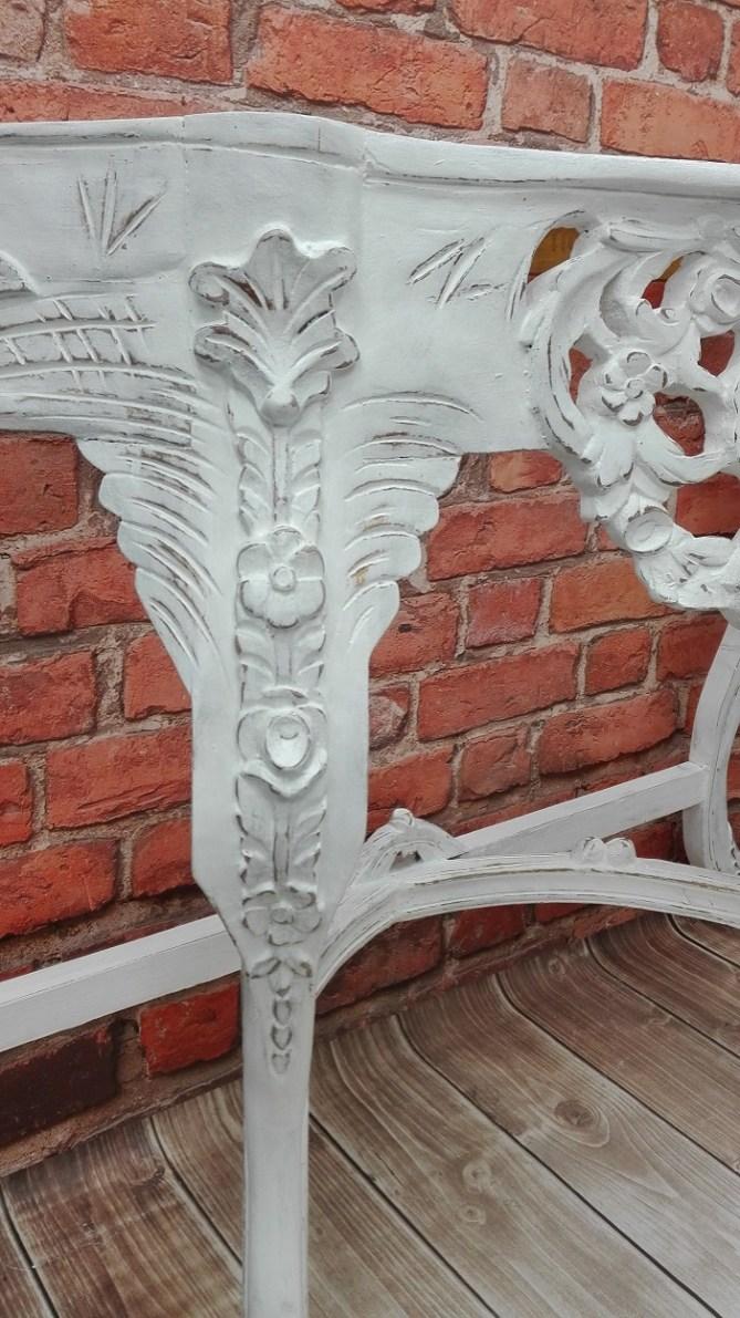 Biała rzeźbiona konsola