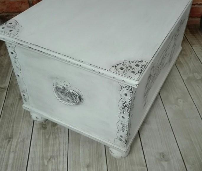 Biały kufer z okuciami