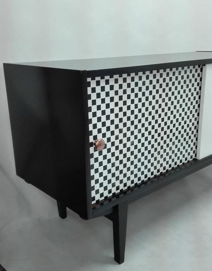Fronty mebli PRL malowane w szachownicę