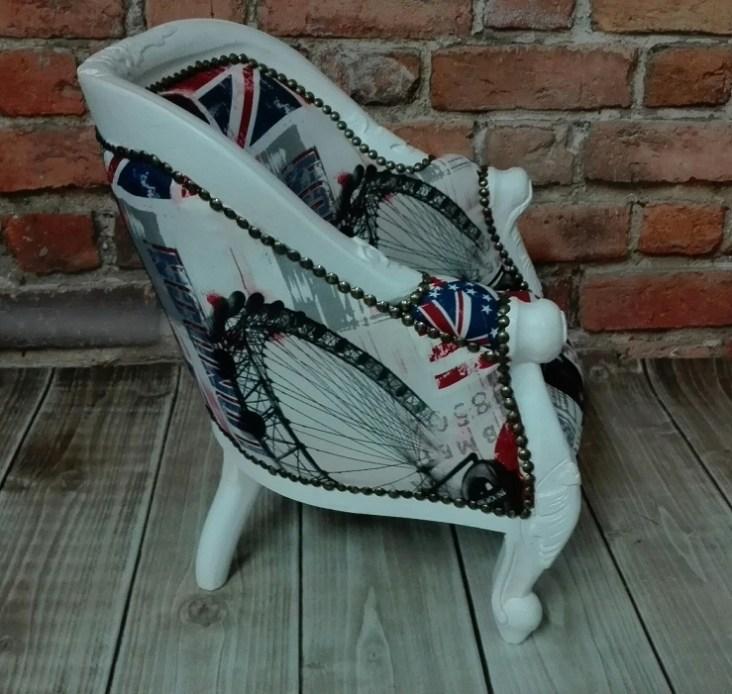 Stylowy fotel malowany na biało i z wymienioną odnowioną tapicerką