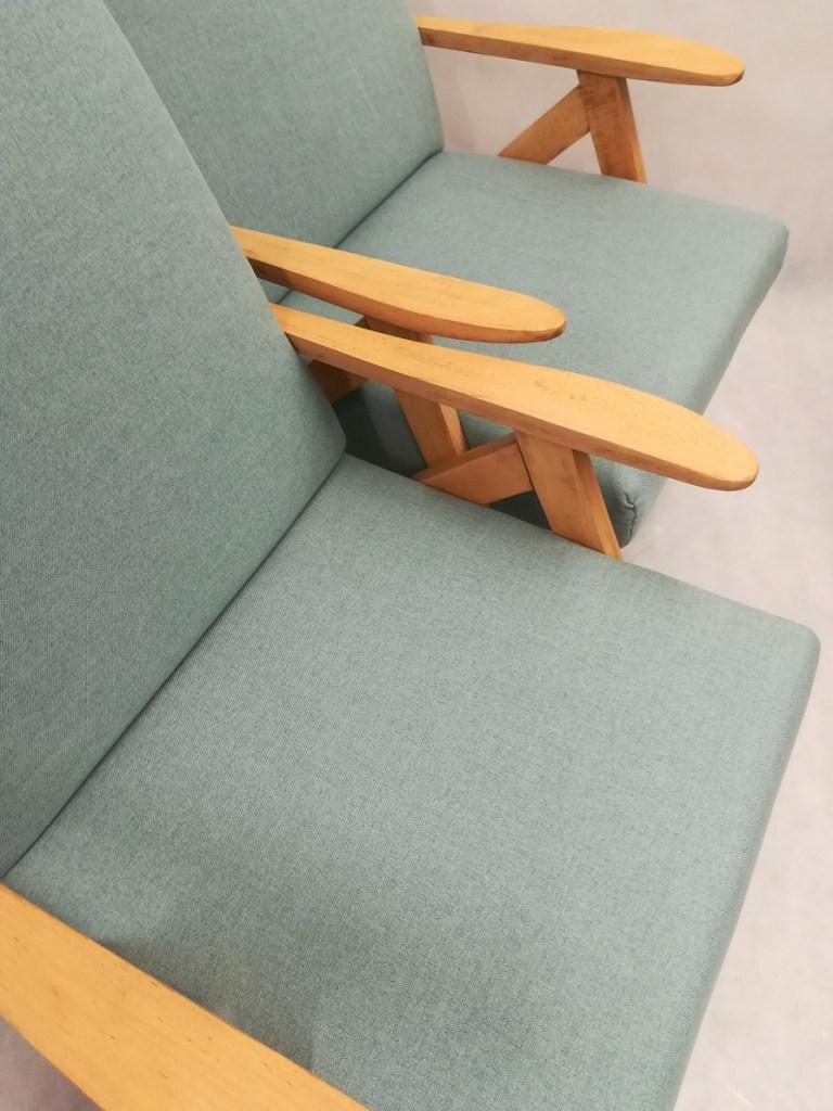 Jasno niebieskie fotele po odnowieniu