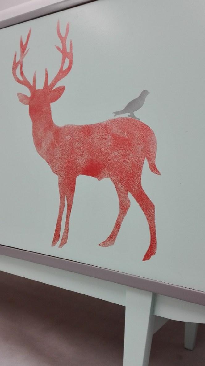Jeleń malowany na froncie szafki