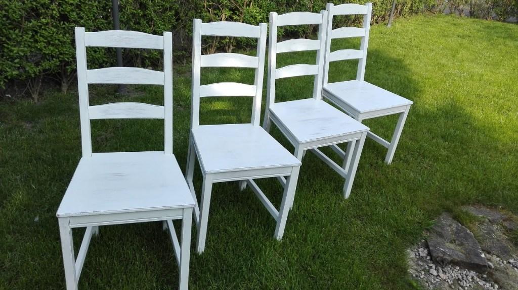 Malowanie krzeseł sosnowych na biało z przecierką