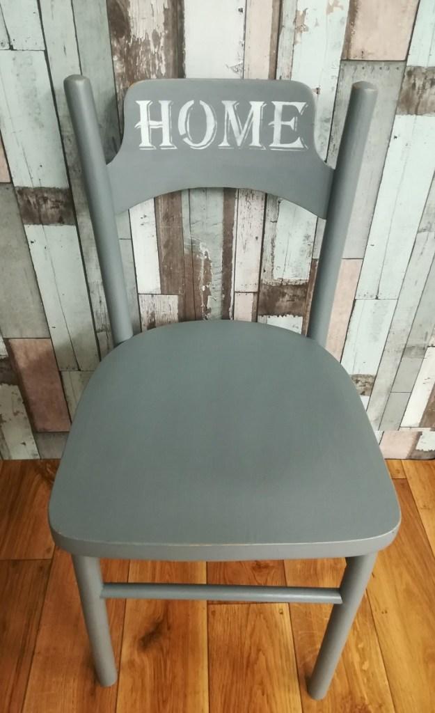 Krzesło z napisem HOME