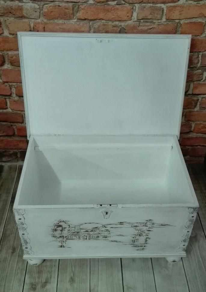 Kufer drewniany malowany na biało