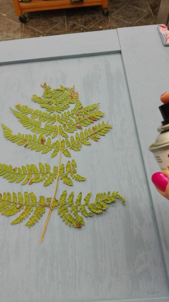 Malowanie paproci farbą w spray'u