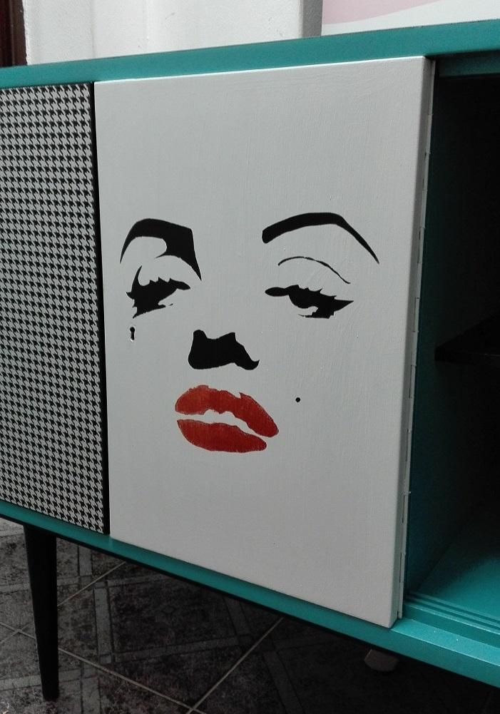 Merylin Monroe malowana na froncie meblowym