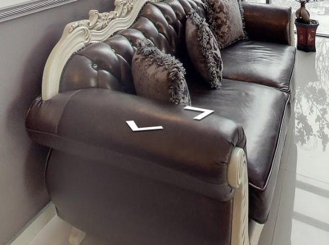Stylowa sofa z metaliczną tapicerką. Źródło: www.viktoria-sala.pl