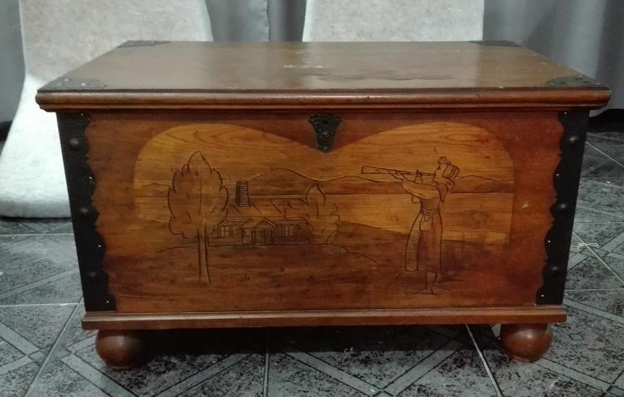 Stary kufer z rzeźbioną scenką rodzajową
