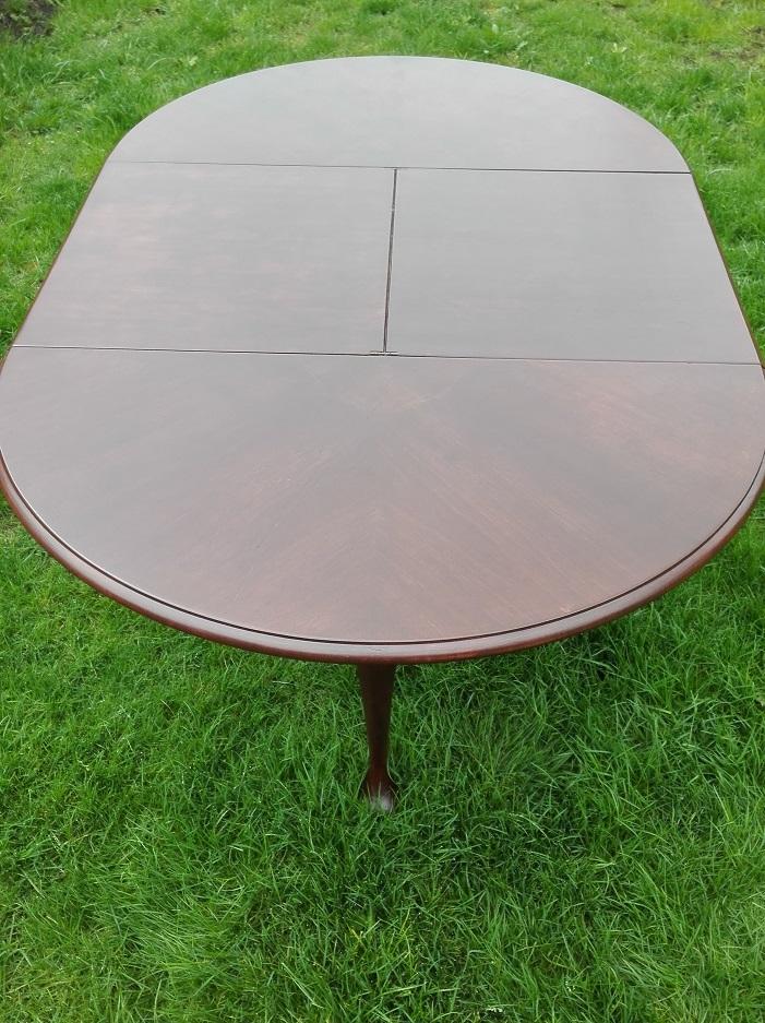 Okrągły rozkładany stół