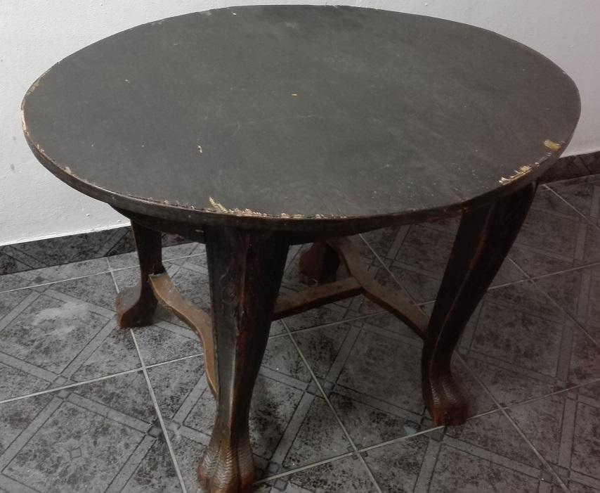 Stary stolik na rzeźbionych nogach do renowacji